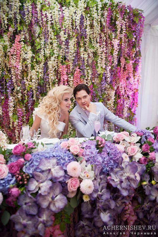украшенный стол жениха и невесты