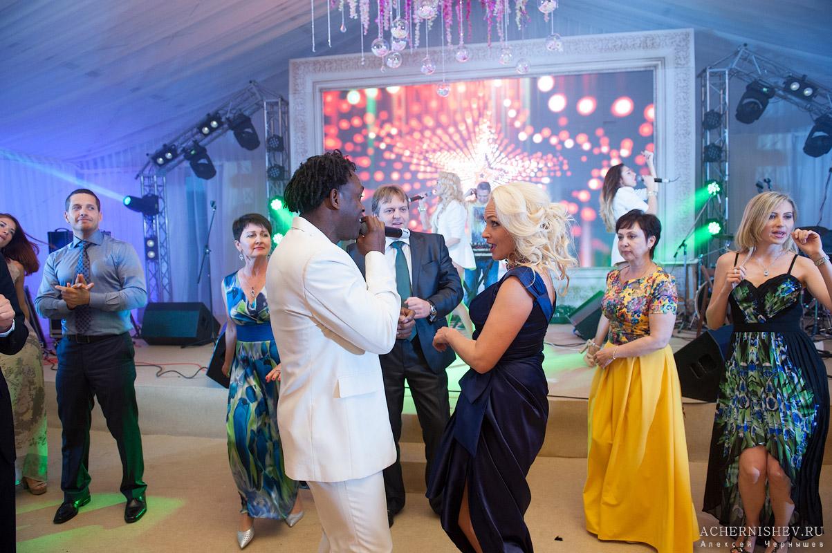 Доктор Албан поет для гостей на свадьбе