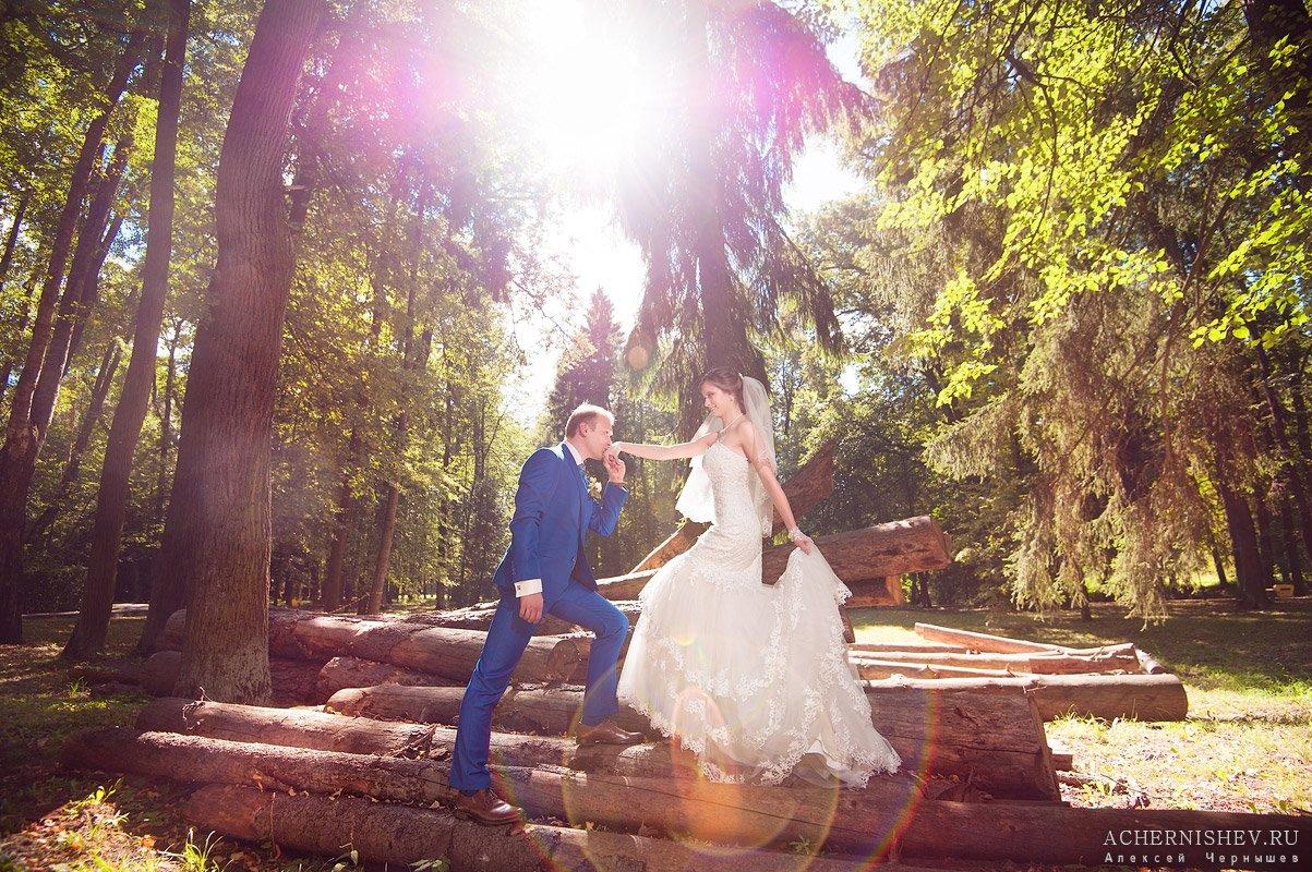 жених целует ручку невесте