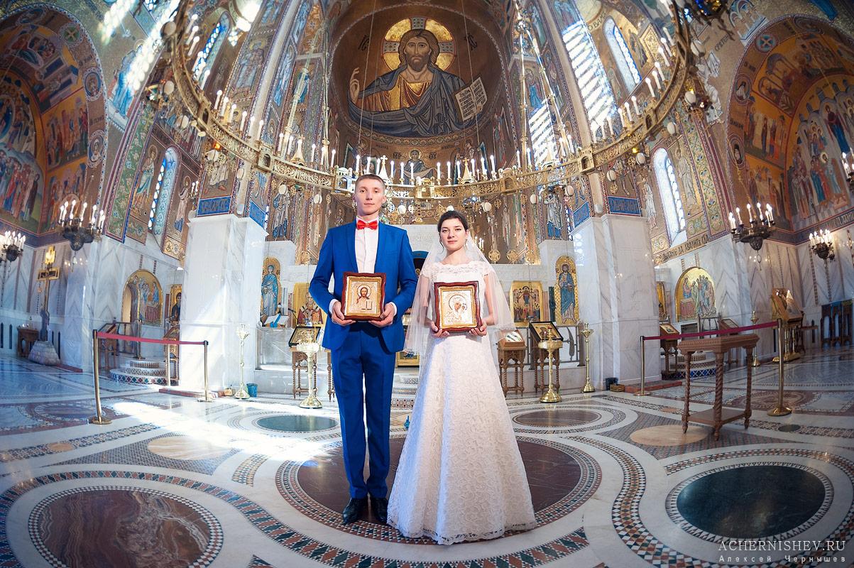 жених и невеста с иконами