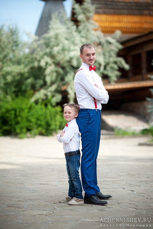 папа и сын с красными бабочками