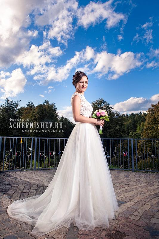 невеста на фоне неба