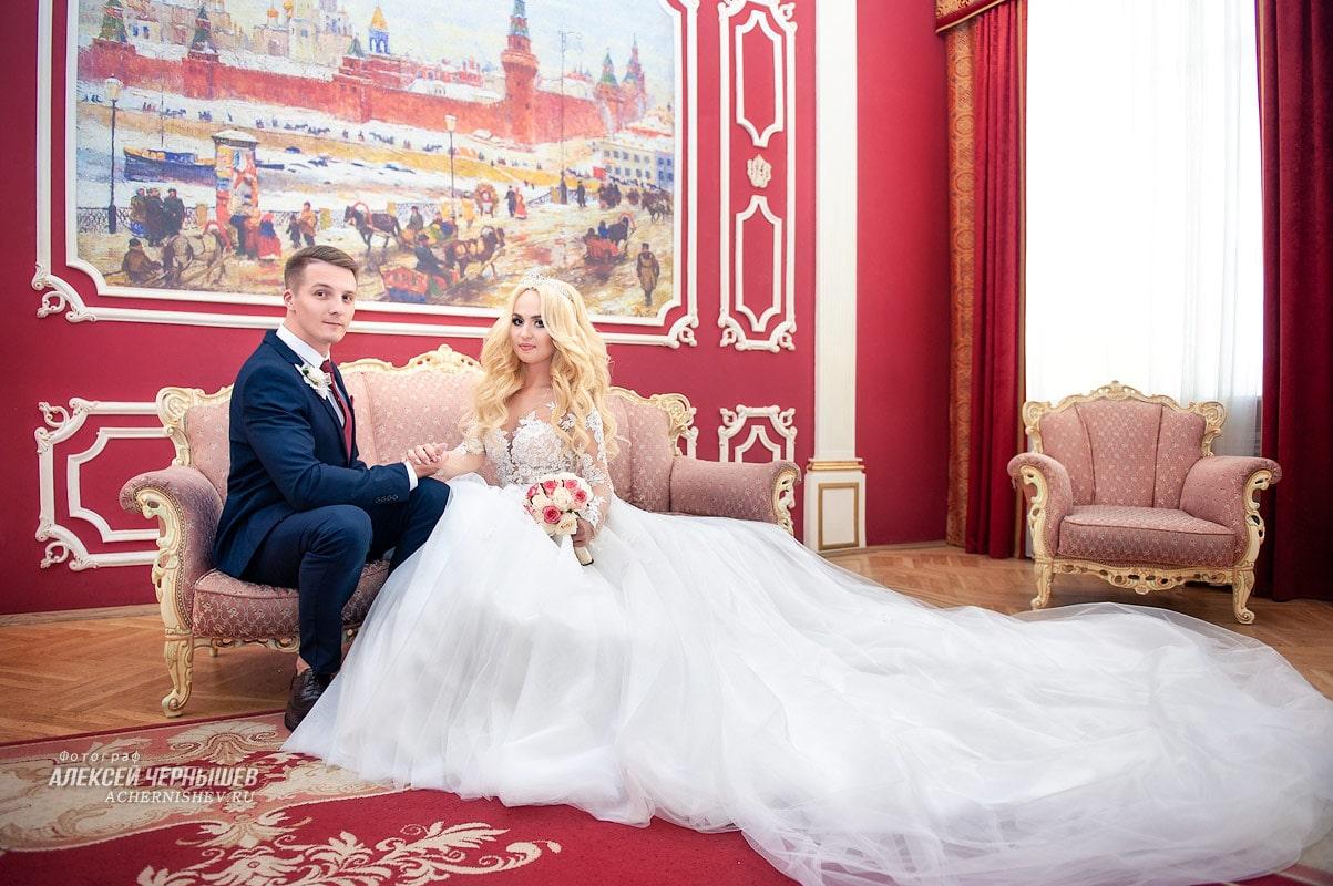 фотосессия в зале ожидания перед торжественной регистрацией брака