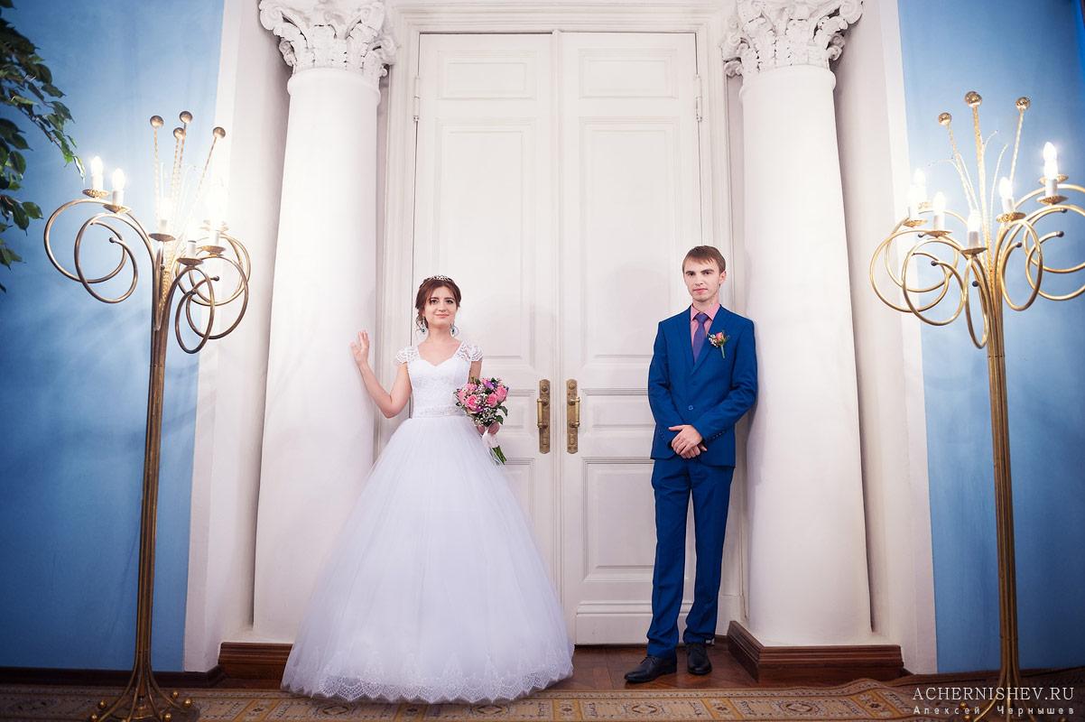 Жених и невеста у колонн