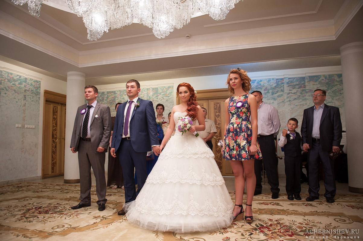 молодожены на торжественной регистрации брака в Перовском ЗАГСе