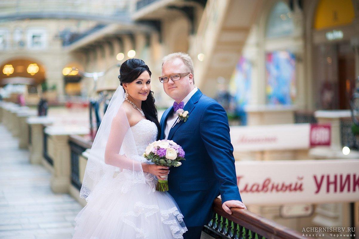 жених и невеста фотографируются в ГУМе
