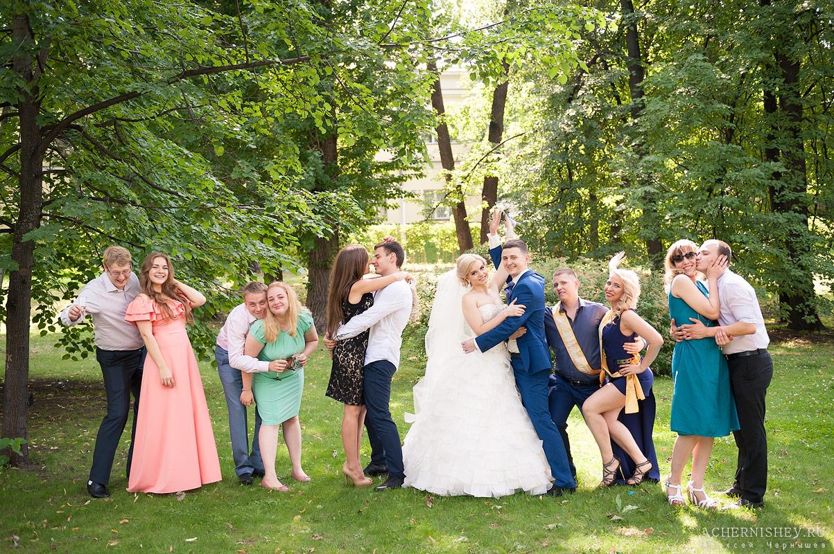 Веселое свадебное фото с гостями