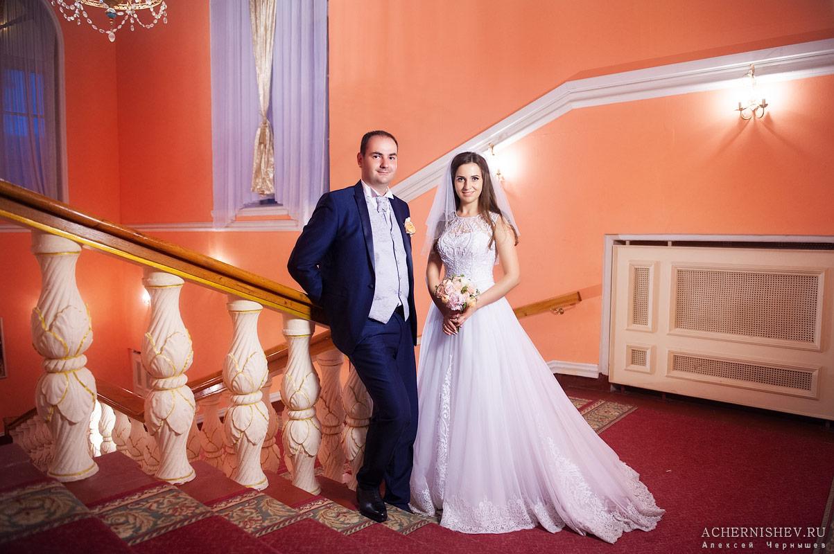 свадьба в ресторане на лестнице