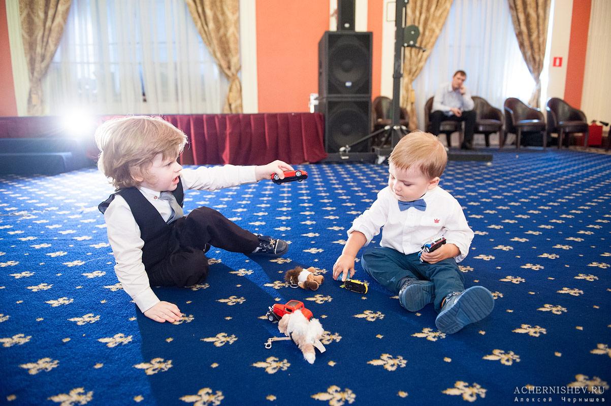 дети играют в машинки на полу