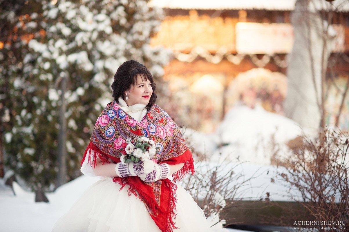 невеста с красным росписным платком