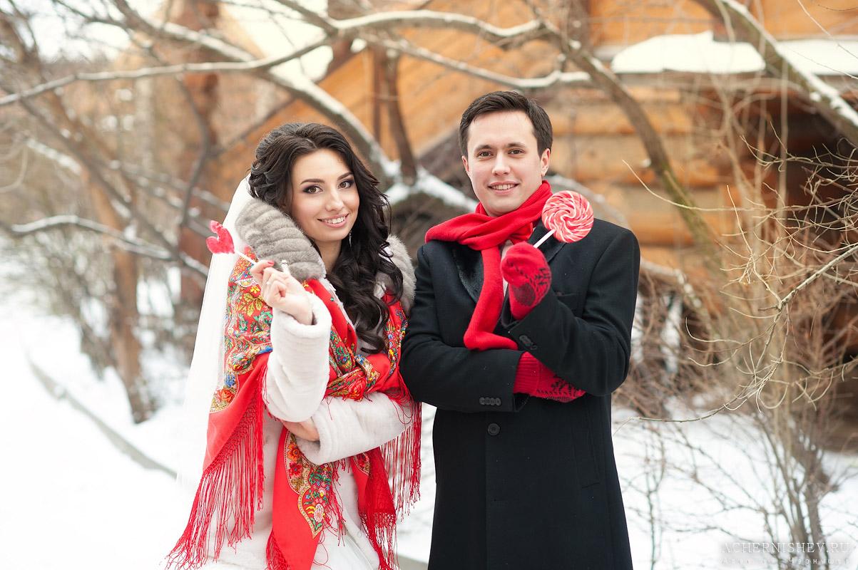 молодожены в шарфах с леденцами