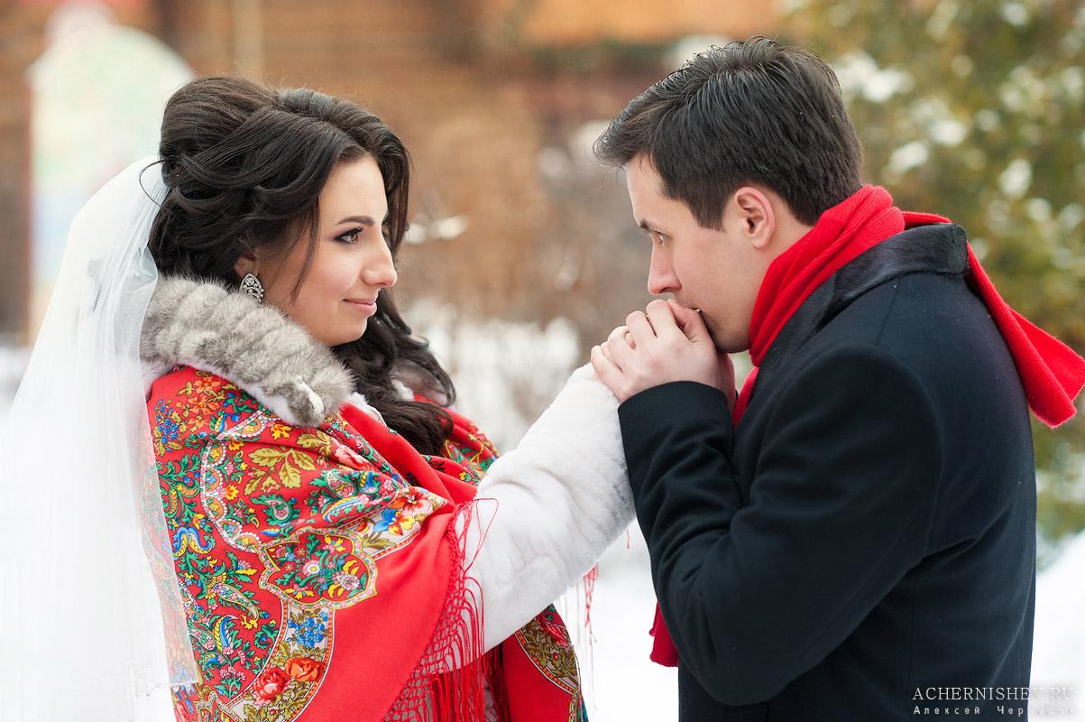 жених согревает ручки невесте
