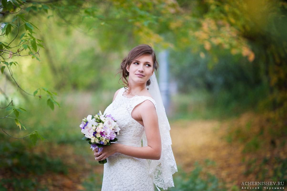 портрет невесты в парке