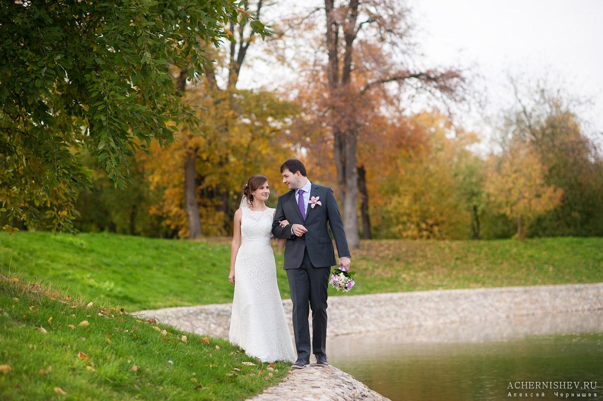 свадебная прогулка возле пруда
