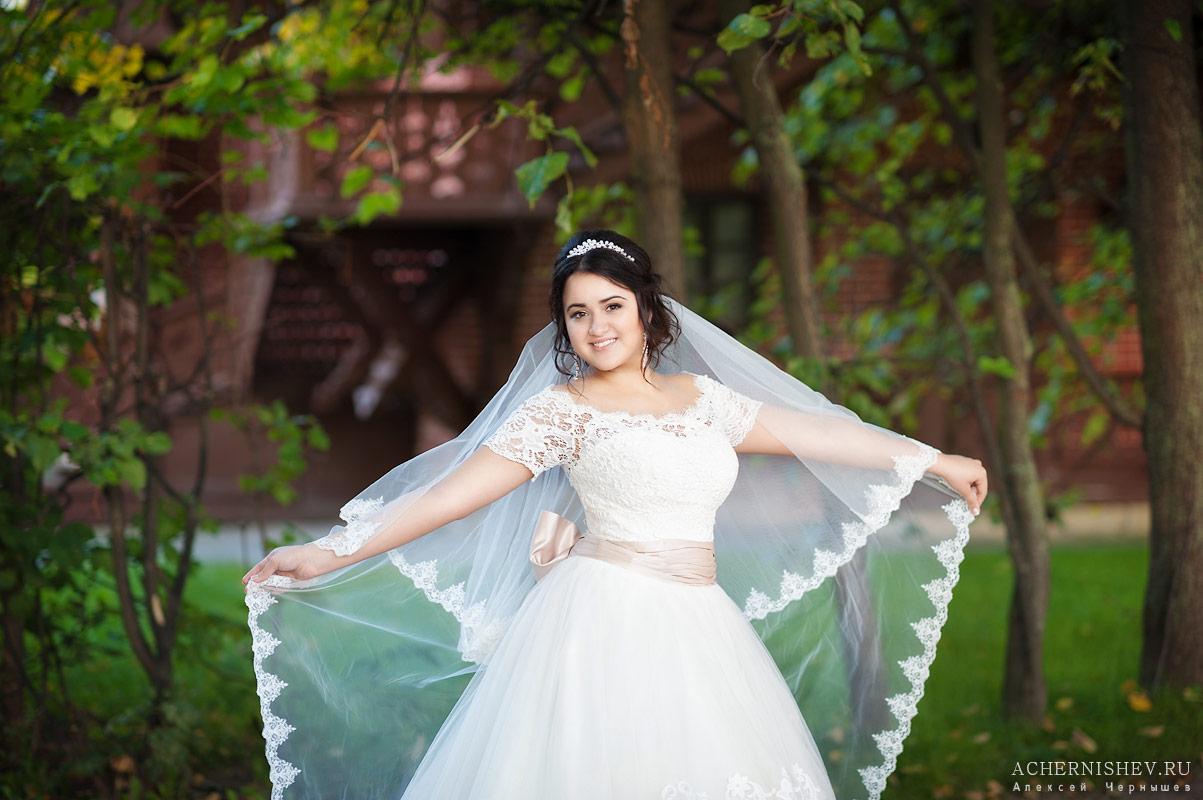 Красивая невеста с фатой