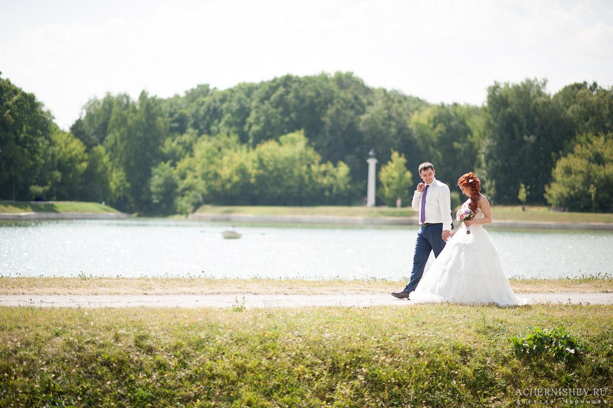 прогулка жениха и невесты на фоне пруда