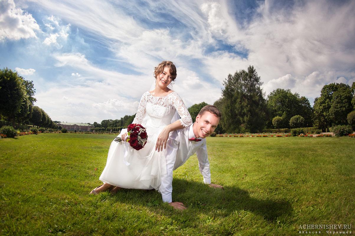 жених отжимается с невестой на спине