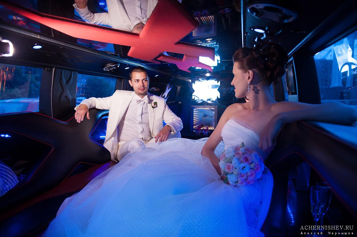 красочные свадебные фотографии в лимузине
