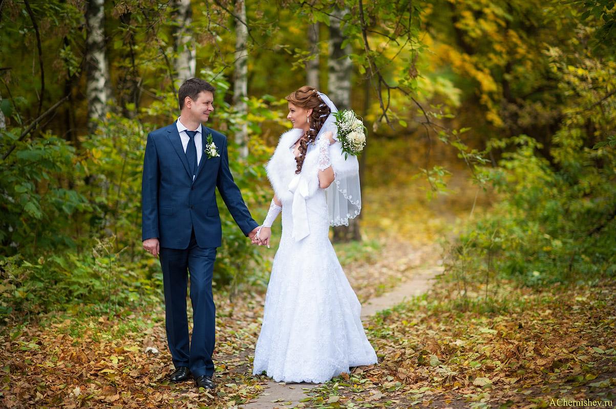 свадебная фотосессия в парке у смотровой площадки