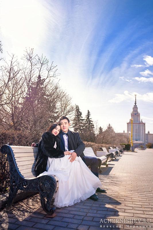 Молодожены на лавочке у Московского Государственного Университета