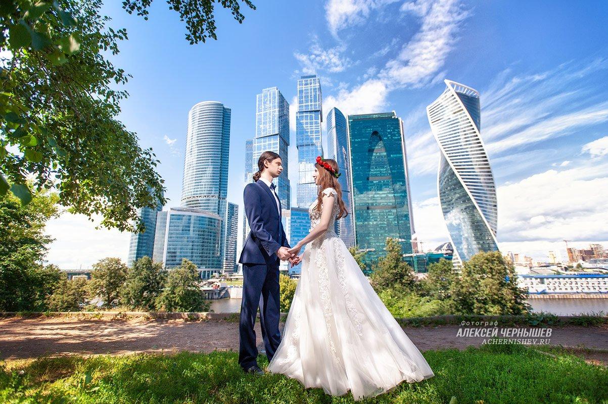 Красивая свадебная фотография с рисующим светом