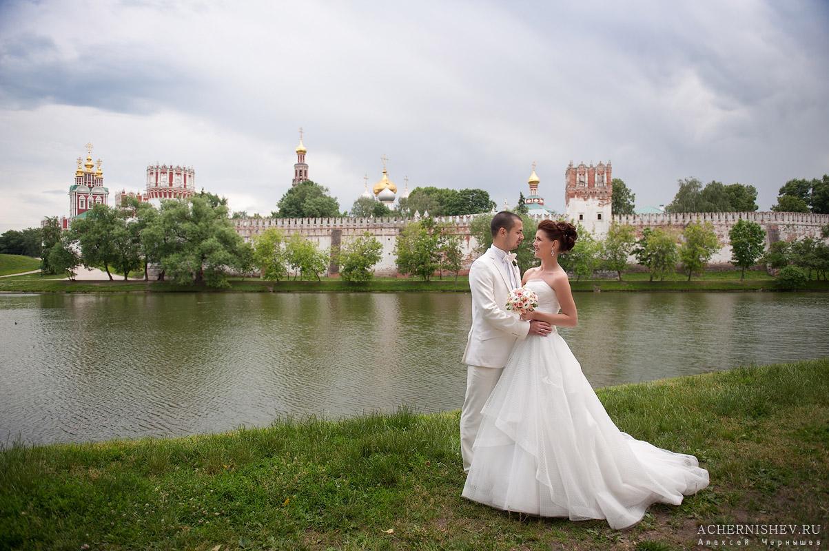 молодожены на фоне Новодевичьего монастыря