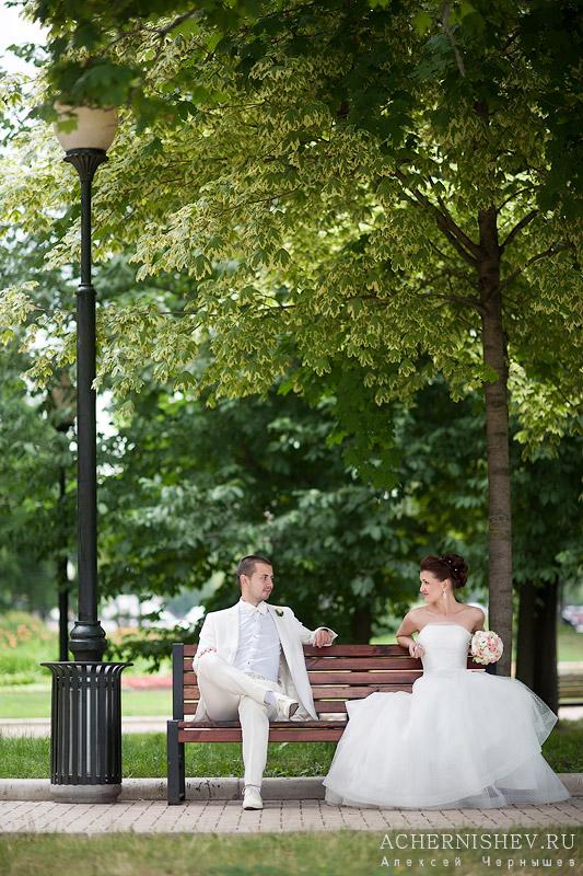в белом платье на лавочке