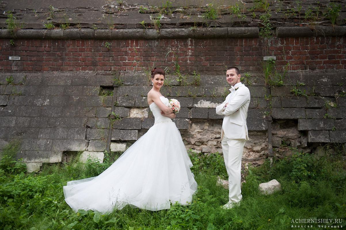 жених и невеста смотрят на фотографа