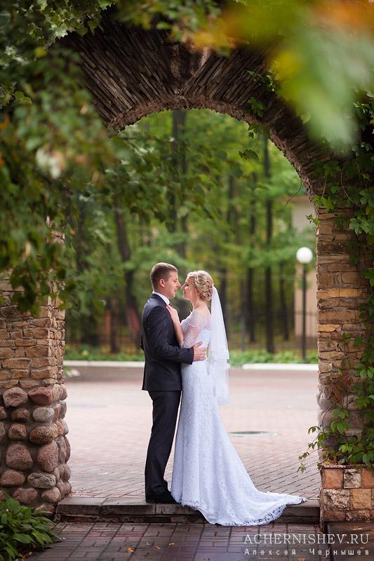 жених и невеста под аркой