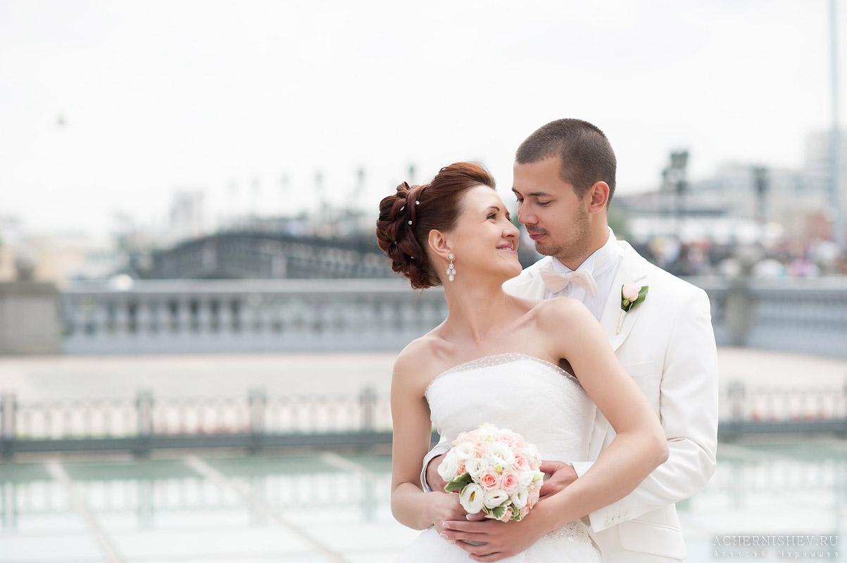 фото невеста в объятиях жениха