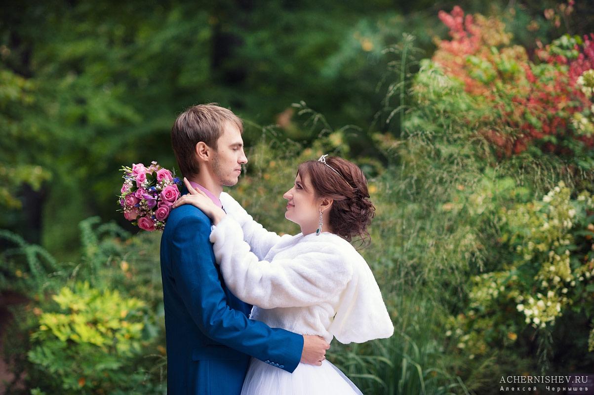 невеста обнимает жениха