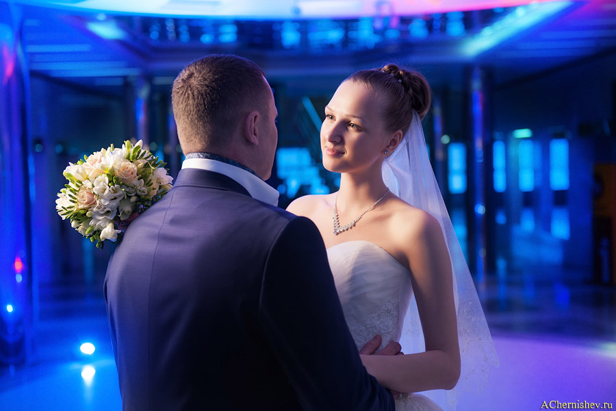 студийный свет на свадебной прогулке в Багратионе