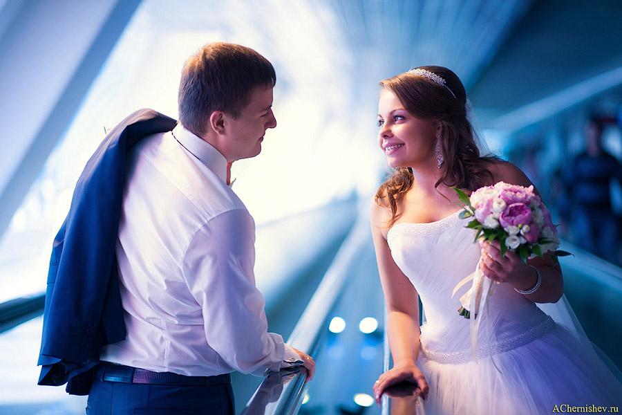 жених с невестой на разных эскалаторах