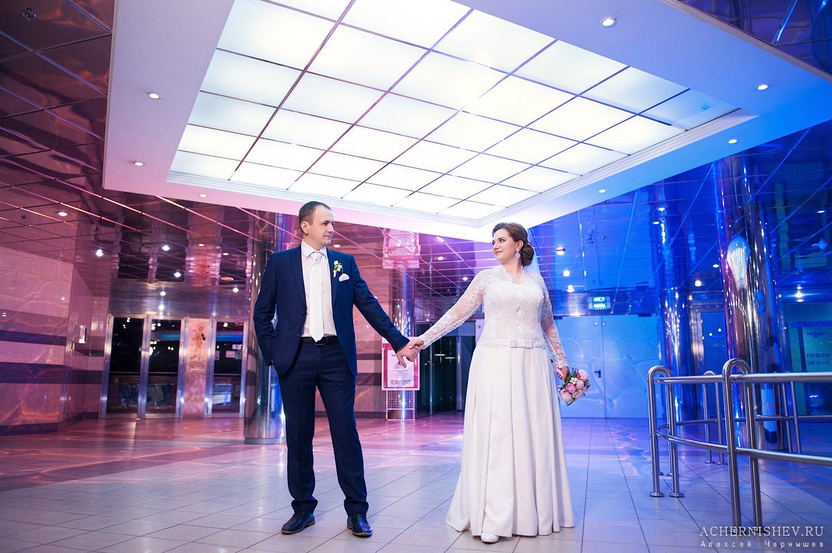 жених и невеста держатся за руку