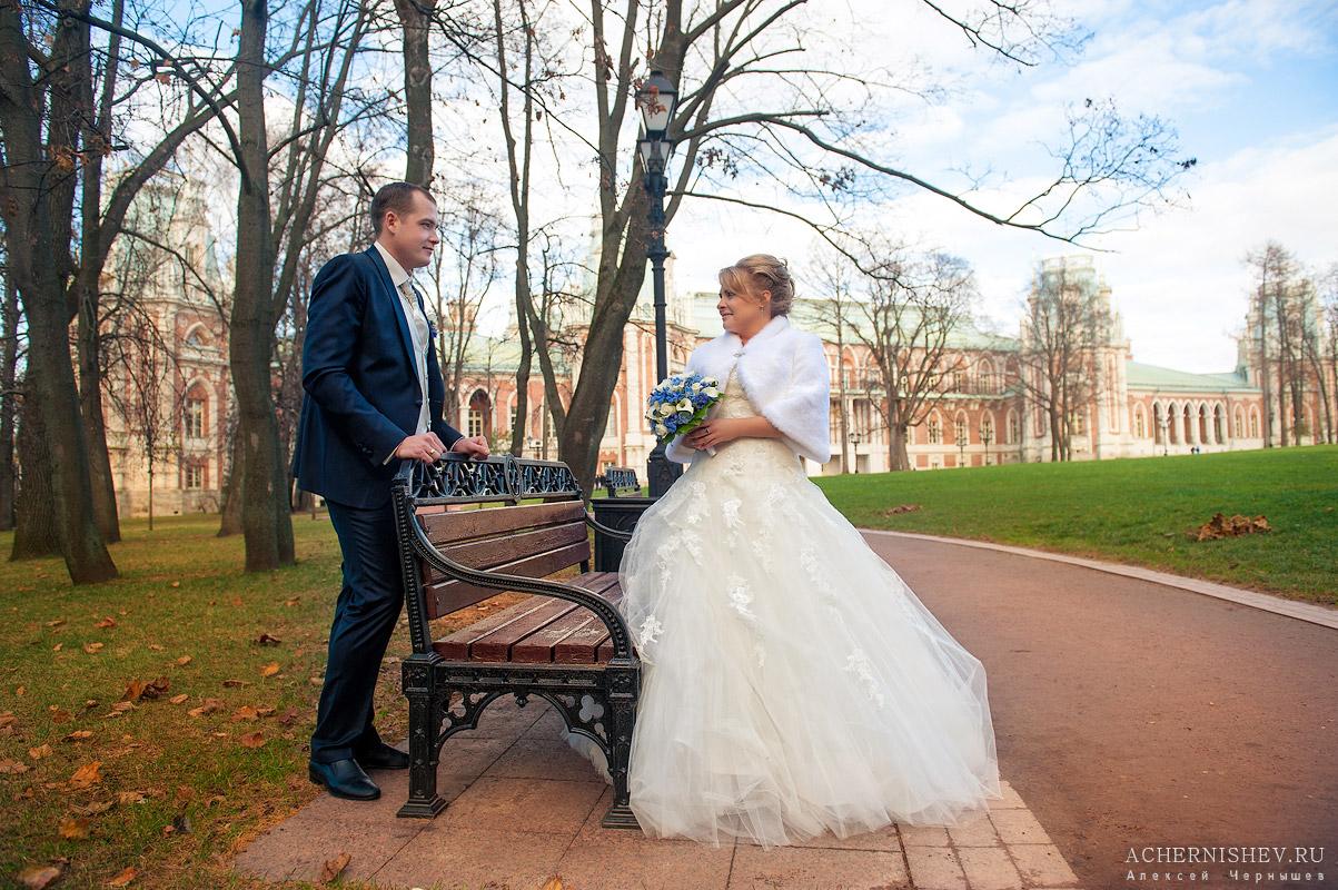 свадебная фотосессия в царицыно - молодожены у лавочки