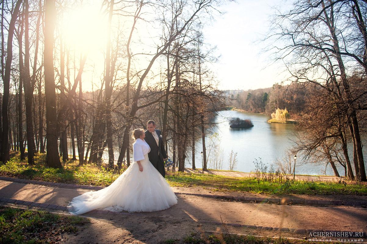 Свадьба в ноябре - жених с невестой идут по тропинке