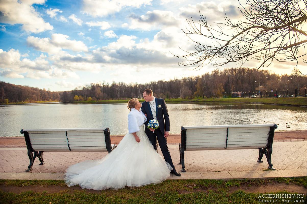 Свадьба в ноябре - жених с невестой у пруда