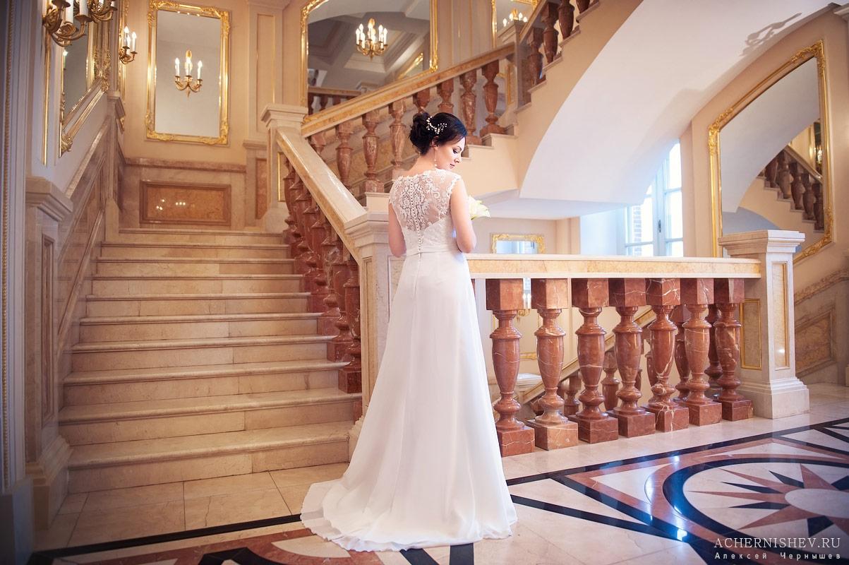 невеста на красивой лестнице Царицынского дворца