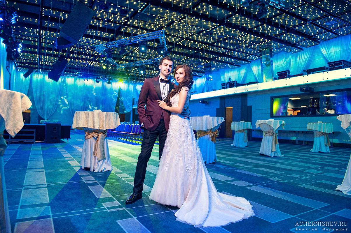 фотосессия в зале с неоновым освещением
