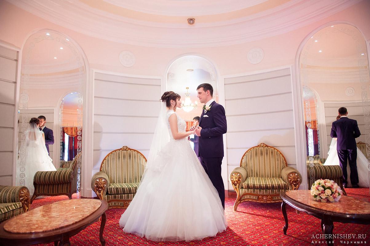 объятия новоиспеченных супругов