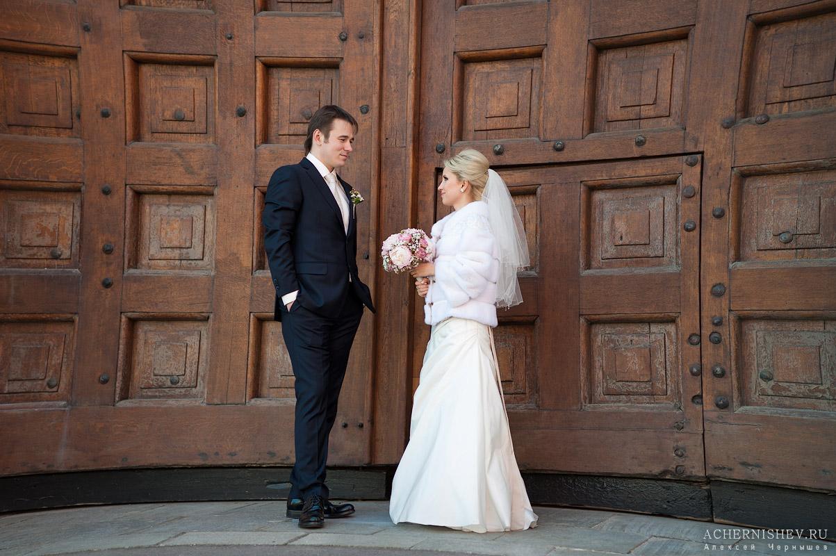 жених и невеста у двери Кремля