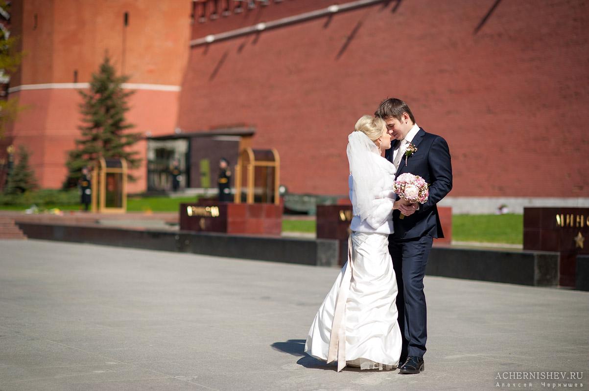 жених и невеста на фоне вечного огня
