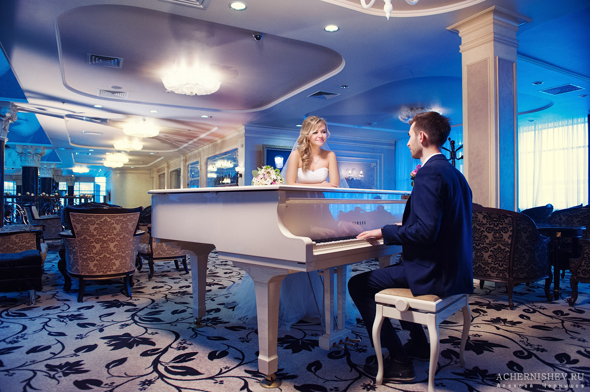жених за роялем