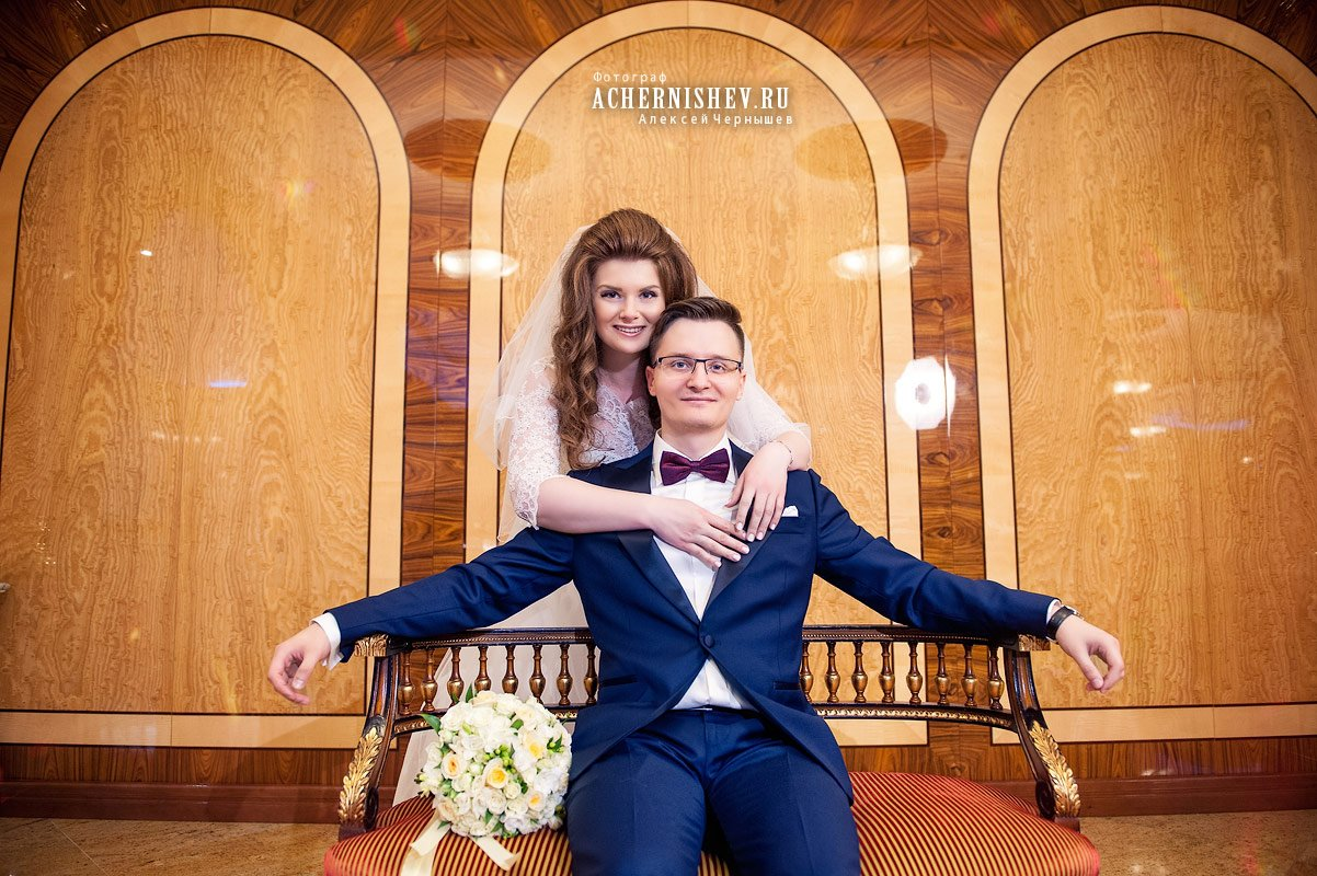 невеста обнимает жениха - фото