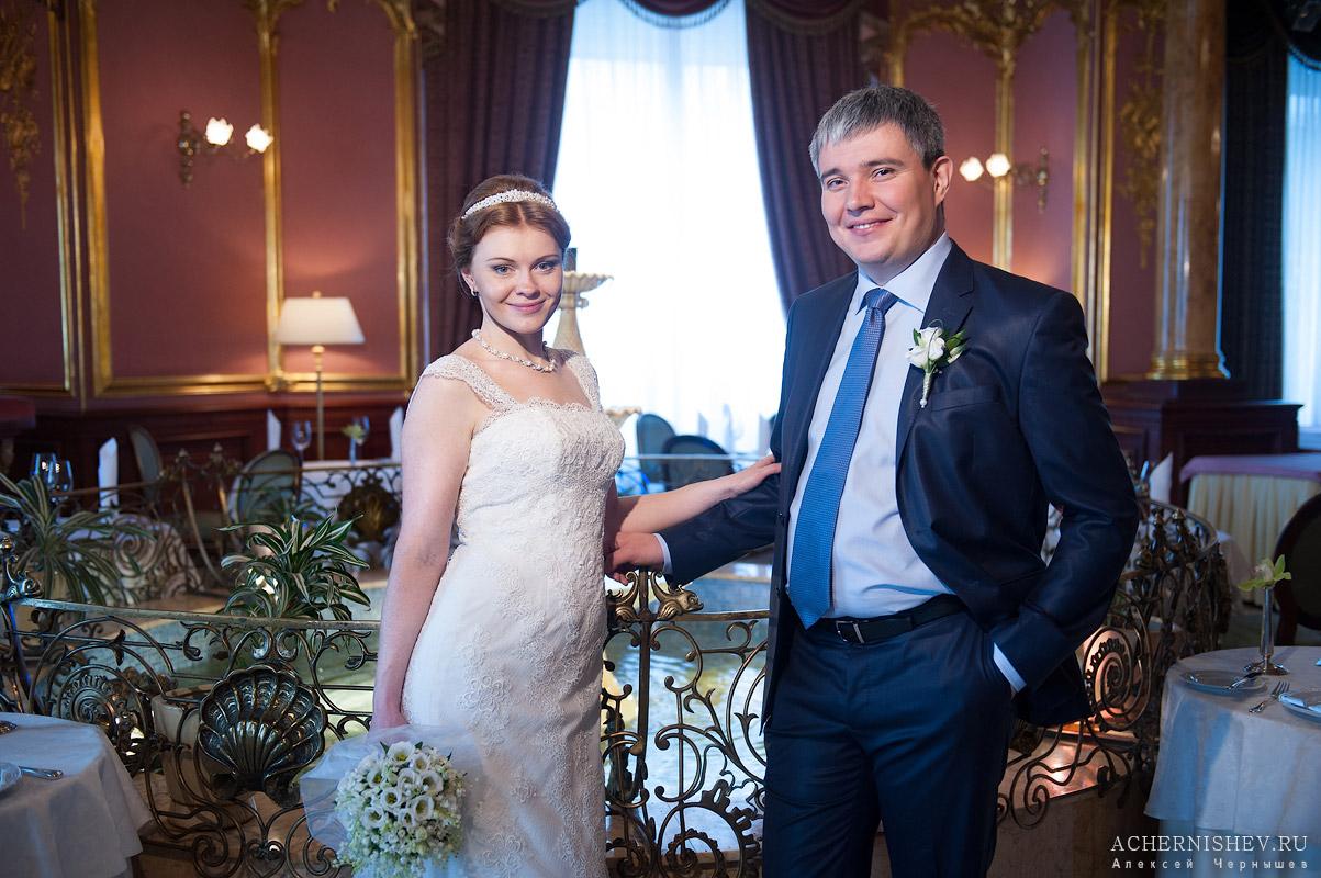 жених и невеста в ресторане отеля Савой