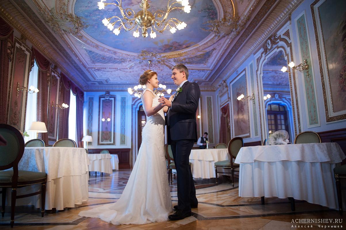 свадебный танец в ресторане