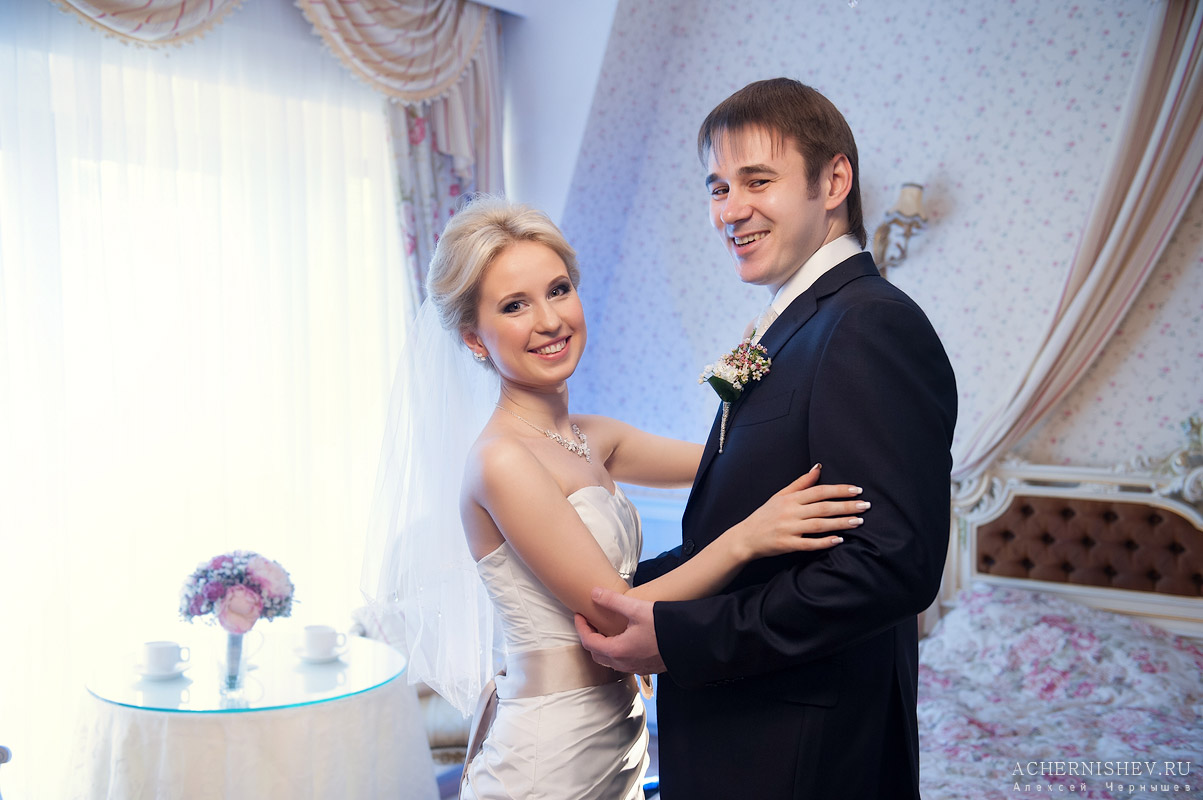 жених с невестой улыбаются