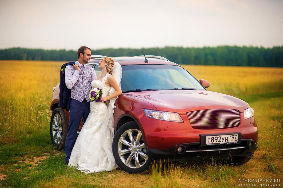 Сиреневая свадьба с машиной в поле