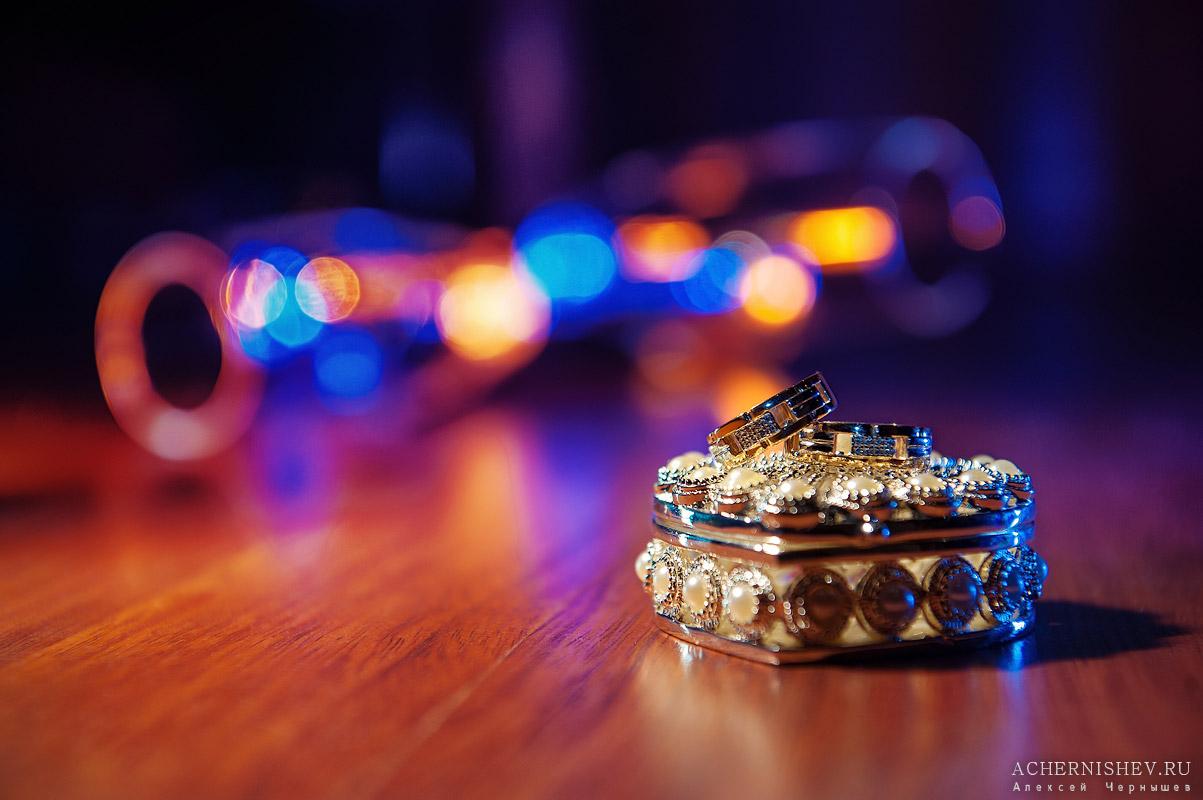 золотые кольца на красивой шкатулке