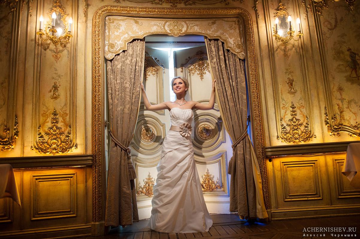 невеста в роскошных интерьерах